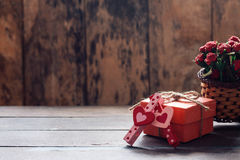 Καρδιά που διαμορφώνονται και δώρο στον πίνακα Στοκ εικόνα με δικαίωμα ελεύθερης χρήσης