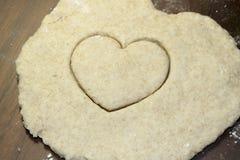 Καρδιά που κόβεται στην αλατισμένη ζύμη Στοκ Εικόνες