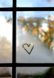 Καρδιά σε ένα παράθυρο Στοκ φωτογραφίες με δικαίωμα ελεύθερης χρήσης