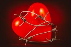 Καρδιά σε οδοντωτό - καλώδιο στο κόκκινο 1 Στοκ εικόνες με δικαίωμα ελεύθερης χρήσης