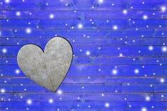 Καρδιά σιδήρου στον ξεπερασμένο μπλε ξύλινο πίνακα Στοκ φωτογραφία με δικαίωμα ελεύθερης χρήσης
