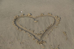 Καρδιά στην άμμο Καφετιά άμμος Στοκ Φωτογραφία