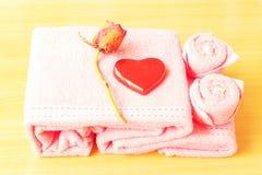 Καρδιά στην κόκκινη ανασκόπηση στοκ φωτογραφία με δικαίωμα ελεύθερης χρήσης