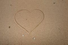 Καρδιά στην παραλία που επισύρει την προσοχή στην άμμο Στοκ εικόνα με δικαίωμα ελεύθερης χρήσης