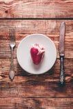 Καρδιά στο άσπρο πιάτο Στοκ Εικόνες