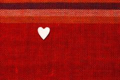 Καρδιά στο κατασκευασμένο ύφασμα στην ημέρα βαλεντίνων Στοκ εικόνες με δικαίωμα ελεύθερης χρήσης