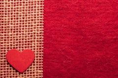 Καρδιά στο κόκκινο υπόβαθρο υφασμάτων Στοκ Εικόνες