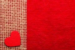 Καρδιά στο κόκκινο υπόβαθρο υφασμάτων Στοκ εικόνα με δικαίωμα ελεύθερης χρήσης