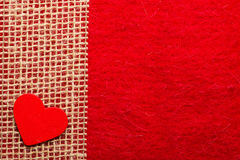 Καρδιά στο κόκκινο υπόβαθρο υφασμάτων Στοκ φωτογραφία με δικαίωμα ελεύθερης χρήσης