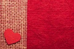 Καρδιά στο κόκκινο υπόβαθρο υφασμάτων Στοκ φωτογραφίες με δικαίωμα ελεύθερης χρήσης
