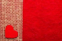 Καρδιά στο κόκκινο υπόβαθρο υφασμάτων Στοκ Εικόνα