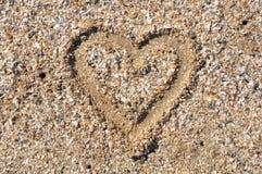 Καρδιά στο υπόβαθρο άμμου Στοκ εικόνες με δικαίωμα ελεύθερης χρήσης