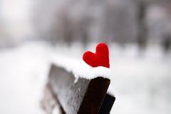 Καρδιά στο χιονισμένο πάγκο Στοκ Φωτογραφία