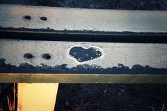 Καρδιά στο χιόνι σε έναν πάγκο στοκ φωτογραφία με δικαίωμα ελεύθερης χρήσης