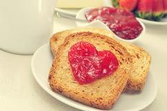 Καρδιά της μαρμελάδας σε μια φρυγανιά στοκ εικόνες με δικαίωμα ελεύθερης χρήσης