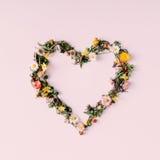 Καρδιά της φύσης άνδρας αγάπης φιλιών έννοιας στη γυναίκα Επίπεδος βάλτε Στοκ Φωτογραφία