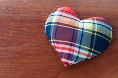 Καρδιά του υφάσματος στο ξύλο Στοκ εικόνες με δικαίωμα ελεύθερης χρήσης