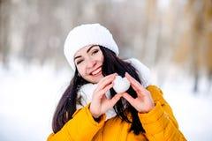 Καρδιά του χιονιού στα χέρια ενός κοριτσιού Στοκ εικόνες με δικαίωμα ελεύθερης χρήσης