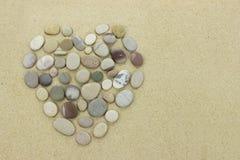 Καρδιά των πετρών παραλιών σε μια αμμώδη παραλία Στοκ Φωτογραφία