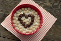 Καρδιά των σφαιρών δημητριακών σοκολάτας με το γάλα Στοκ εικόνα με δικαίωμα ελεύθερης χρήσης