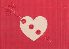 Καρδιά χαρτονιού με το βέλος λουλουδιών εγγράφου Στοκ Εικόνες