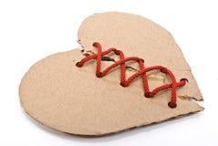 καρδιά χαρτονιού που σχίζ&e Στοκ φωτογραφία με δικαίωμα ελεύθερης χρήσης