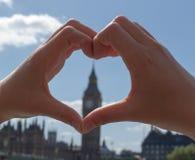 Καρδιά χεριών υποβάθρου Στοκ Φωτογραφίες