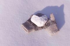 Καρδιά χιονιού μέσα με τα γάντια στο χιόνι Στοκ εικόνα με δικαίωμα ελεύθερης χρήσης
