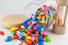 Καρδιά Origami στο βάζο με τα sandglass Στοκ φωτογραφία με δικαίωμα ελεύθερης χρήσης