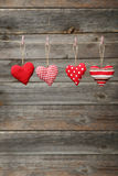 Καρδιές αγάπης που κρεμούν στο σχοινί στο γκρίζο ξύλινο υπόβαθρο Στοκ φωτογραφία με δικαίωμα ελεύθερης χρήσης