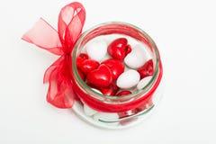 Καρδιές αγάπης στο κύπελλο γυαλιού Στοκ εικόνες με δικαίωμα ελεύθερης χρήσης