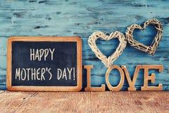 Καρδιές, αγάπη λέξης και ευτυχής ημέρα μητέρων κειμένων Στοκ Φωτογραφία