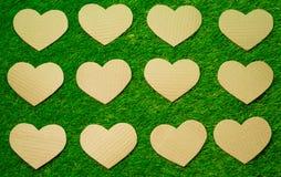 Καρδιές εγγράφου Cutted στη χλόη Στοκ Εικόνα
