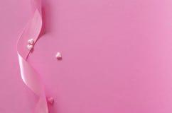 Καρδιές ζάχαρης και κορδέλλα δώρων του ρόδινου backround Στοκ Εικόνες