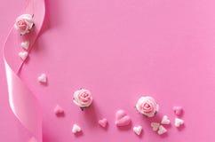 Καρδιές ζάχαρης, τριαντάφυλλα και κορδέλλα δώρων του ρόδινου backround Στοκ εικόνες με δικαίωμα ελεύθερης χρήσης