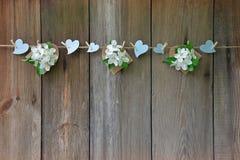 Καρδιές και ανθίζοντας μήλο στο ξύλινο υπόβαθρο Αγάπη Άνοιξη Στοκ Φωτογραφίες