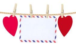 Καρδιές και κάρτα εγγράφου στο σχοινί, που απομονώνεται στο λευκό Στοκ φωτογραφίες με δικαίωμα ελεύθερης χρήσης