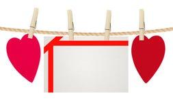 Καρδιές και κάρτα εγγράφου στο σχοινί, που απομονώνεται στο λευκό Στοκ Εικόνα
