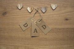 Καρδιές και κάρτες στον ξύλινο πίνακα Στοκ Φωτογραφία