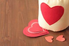 Καρδιές και σάκος σε ξύλινο Στοκ Φωτογραφία