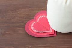 Καρδιές και σάκος σε ξύλινο Στοκ Εικόνα