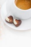 Καρδιές και espresso σοκολάτας στο άσπρο ξύλινο υπόβαθρο Στοκ εικόνα με δικαίωμα ελεύθερης χρήσης