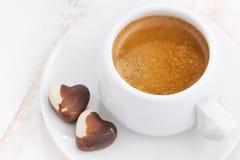 Καρδιές και espresso σοκολάτας στο άσπρο ξύλινο υπόβαθρο Στοκ Φωτογραφίες