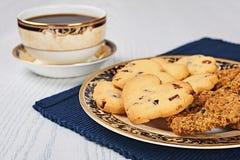 Καρδιές κουλουρακιών ξηρός-των βακκίνιων και Oatmeal μπισκότα σταφίδων με τον καφέ Στοκ Φωτογραφίες