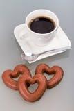 Καρδιές μελοψωμάτων στον καφέ Στοκ Εικόνες
