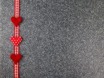 Καρδιές με τα σύνορα στην πέτρα Στοκ εικόνες με δικαίωμα ελεύθερης χρήσης
