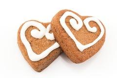 Καρδιές μπισκότων μελοψωμάτων στο λευκό Στοκ Φωτογραφίες