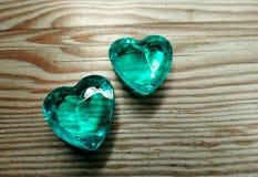 Καρδιές πολύτιμων λίθων σαπφείρου στην παλαιά ξύλινη έννοια αγάπης υποβάθρου Στοκ Εικόνα