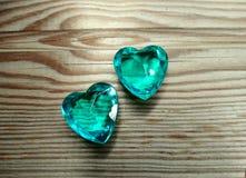 Καρδιές πολύτιμων λίθων Aquamarine στην παλαιά ξύλινη έννοια αγάπης υποβάθρου Στοκ Εικόνες