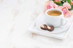 καρδιές σοκολάτας και φλυτζάνι του espresso για την ημέρα βαλεντίνων ` s Στοκ Φωτογραφίες